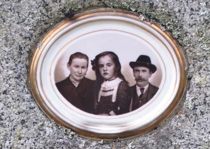 Hřbitov Všeruby, Keramické portréty